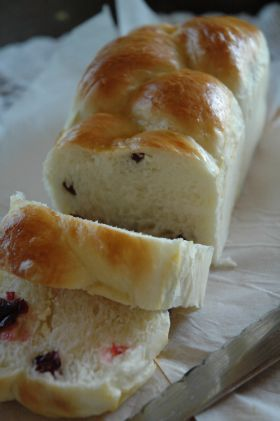 クランベリーとクリチーの三つ編みパン