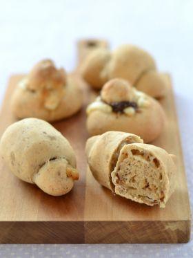 プルーンピューレとチーズのロールパン