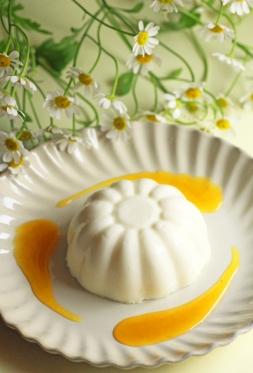 ホワイトチョコとバニラのプリン・パッションフルーツソース