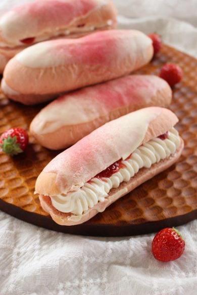 苺と生クリームのふわふわ苺パン