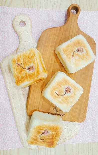 桜香るじゃことクリチの平焼きパン