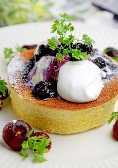 大豆粉で作るふんわりパンケーキ ブルーベリーソース添え