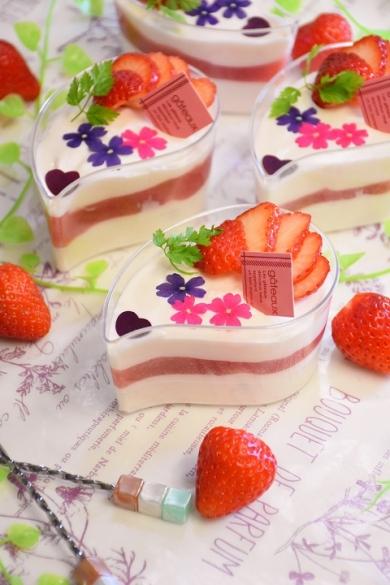 お花畑のいちごのレアチーズケーキ