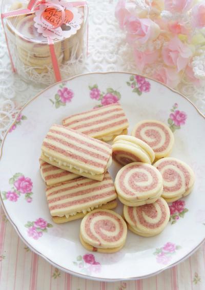 苺とホワイトチョコのガナッシュサンドクッキー