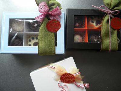 ワイヤーリボンでバレンタインチョコの中が見える箱ラッピング