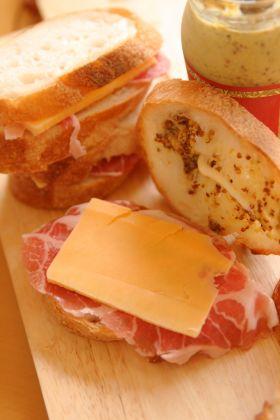 生ハムとチーズのバゲットサンド