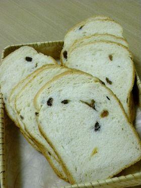 HBで生クリーム入りレーズン食パン
