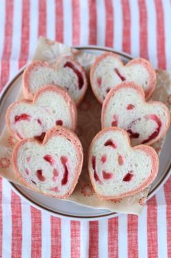 ピンクのハート型パン