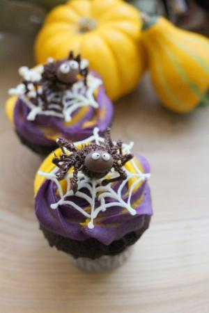 蜘蛛フィギアのカップケーキ