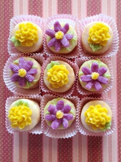 秋の花の小さなケーキ