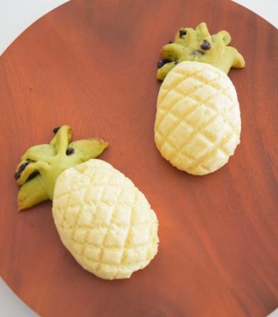 パイナップル型♪アップルカスタード入りメロンパン。