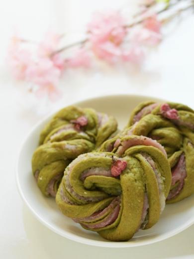 * 春爛漫 ♡ 抹茶の桜餅パン♪