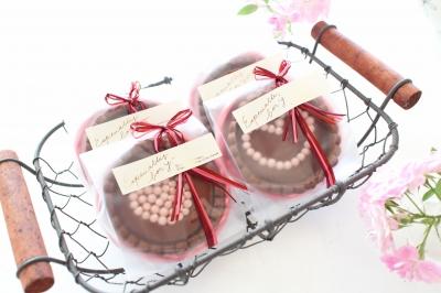 ラズベリー生チョコタルトのピンクのラッピング