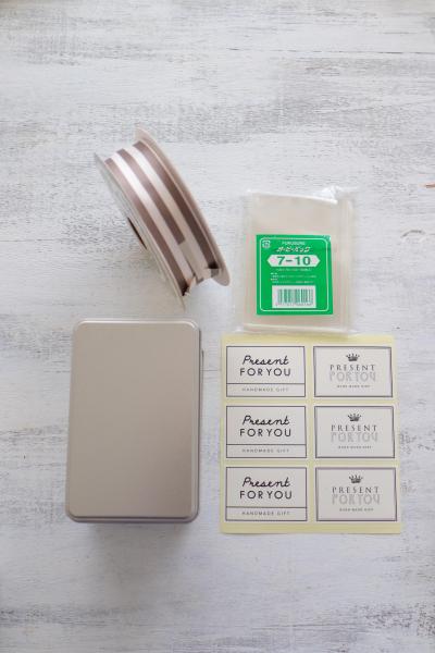 アルミ缶とモノトーンシールのシンプルラッピング