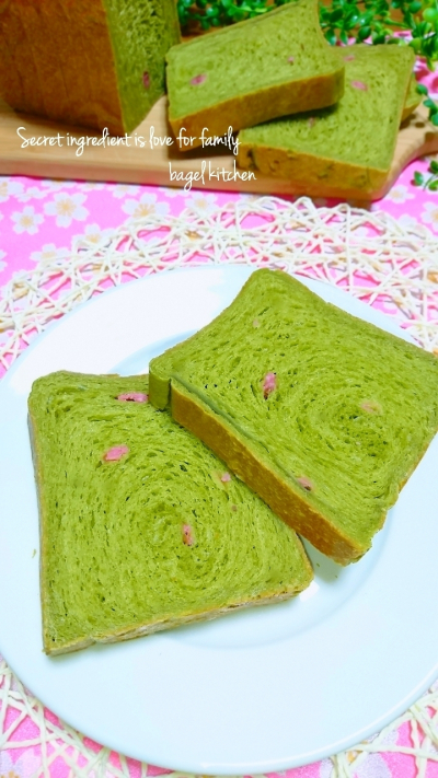 春の訪れ!抹茶の白餡折り込みパン桜風味