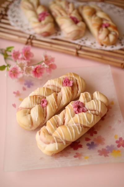 桜のチョコシートでねじねじ桜パン‼︎