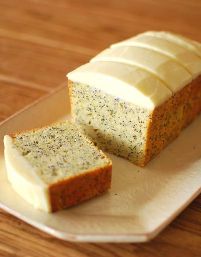 チーズフロスティングのポピーシードケーキ