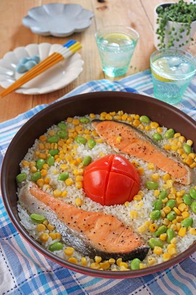 フライパンで簡単!鮭と丸ごとトマトの塩バター炊き込みごはん