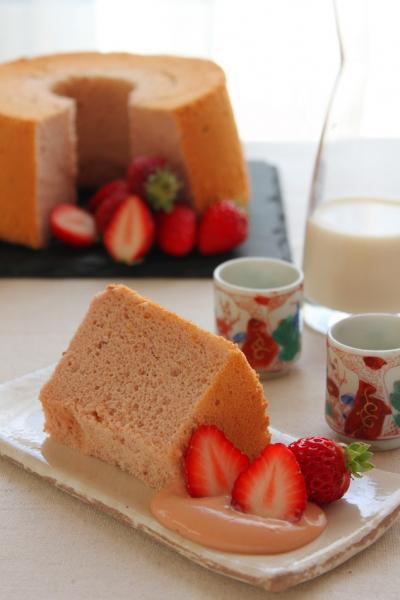 糀甘酒と米粉の苺シフォン