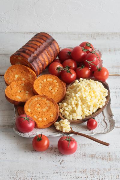 サラダチーズ入りトマトラウンドパン