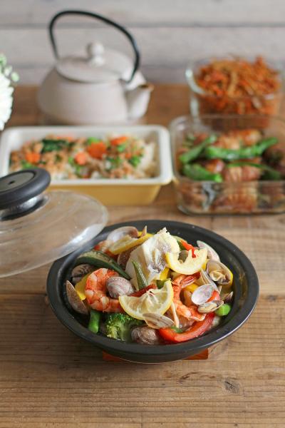 レンジでつくる、彩り野菜と魚介の蒸し焼き