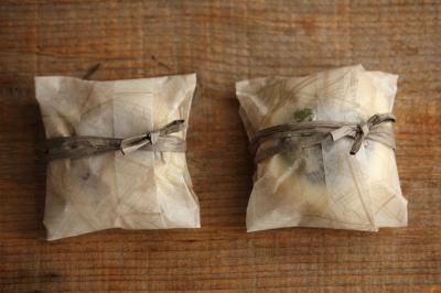 ワックスペーパーで包む豆パンのラッピング