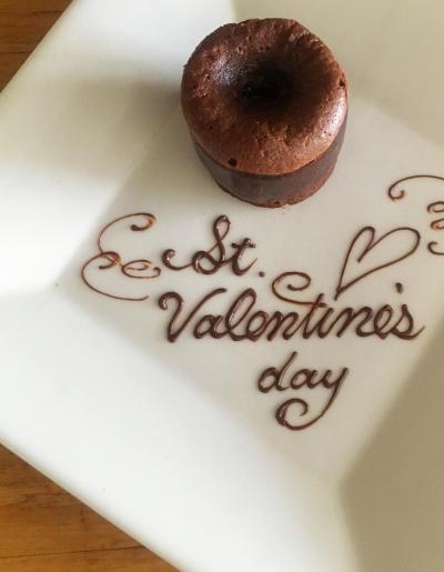 チョコペン1本で特別感!お皿が華やぐデコレーション
