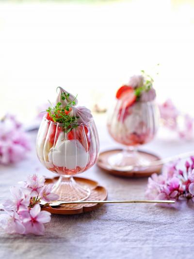 ふんわり桜といちごのパフェ