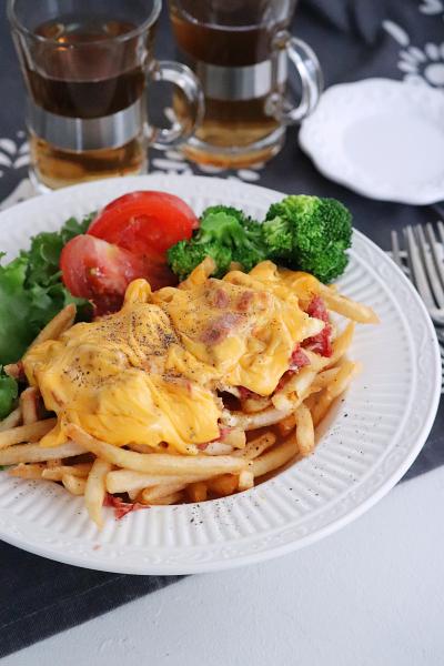 コンビーフとチェダーチーズのフライドポテト