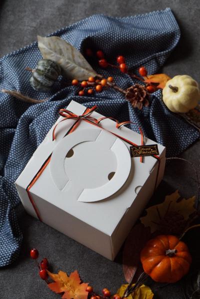 ハロウィン色のリボンでおばけケーキのラッピング