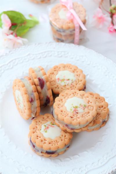 桜とクランベリーのチョコサンドクッキー