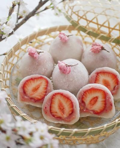 苺がぎゅっと♡ピンクの苺餡大福