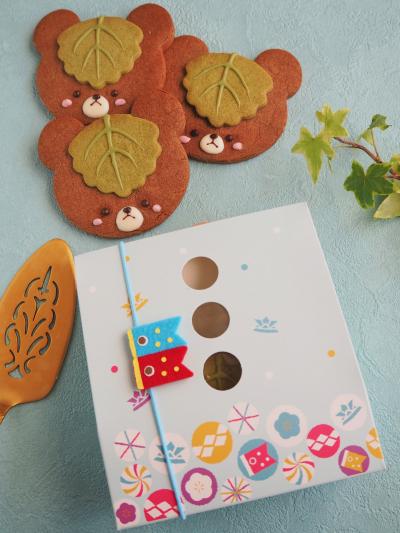 柏餅の葉をかぶったクマちゃんクッキーのラッピング