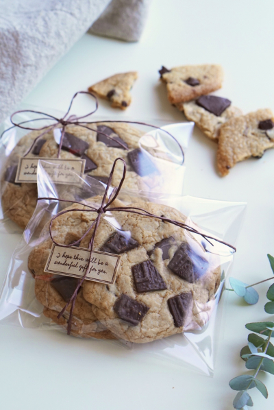 紐とシールを使ったシンプルなクッキーのラッピング