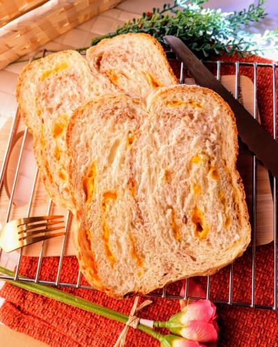 チェダーチーズとクルミのマーブル食パン