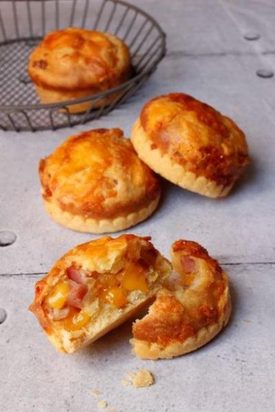 【カリフォルニアチーズ】フリルが可愛い!たっぷりスモークチェダーとベーコンのマフィン