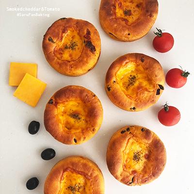 スモークチェダーチーズの真っ赤なトマトパン