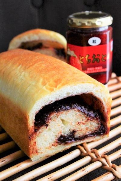 苺ジャムとチョコレートのパン